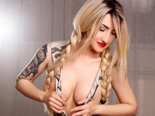 PixxyIvy girl strap on show