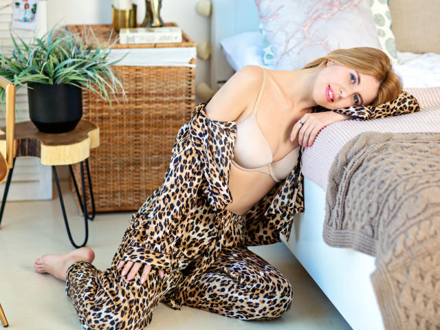 Hình ảnh đại diện sexy của người mẫu HouseWiffe để phục vụ một show webcam trực tuyến vô cùng nóng bỏng!