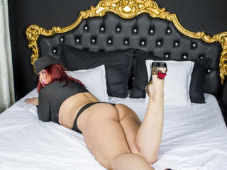 AliciaXHotty - Spectacle intime avec une Camgirl mature rasée