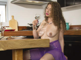 JuliiaLove - Chat nude with a shaved pussy Attractive woman